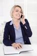 Chefin: lachende attraktive blonde Frau im besten Alter