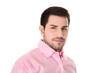 Portrait erfolgreicher Geschäftsmann freigestellt in rosa Hemd