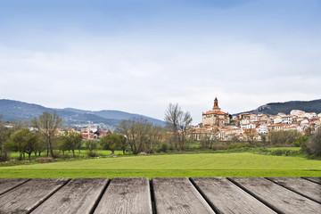 pueblo entre las montañas