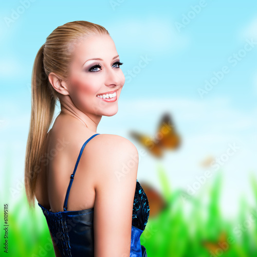 junge blonde Frau vor Frühlingshintergrund