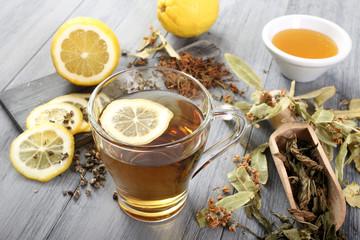 the' con foglie secche e limone