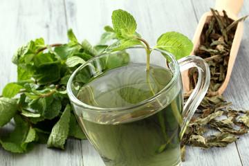the' verde con foglie di menta