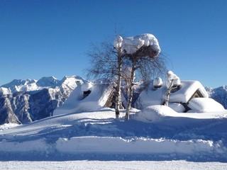 baite innevate e pista da sci