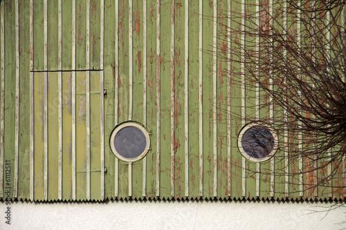 Hausverkleidung mit runden Fenstern und Tür in Wöbbel