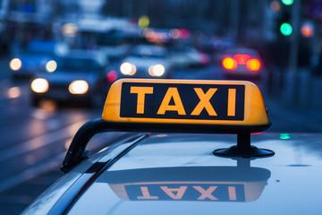 wartendes Taxi am Straßenrand
