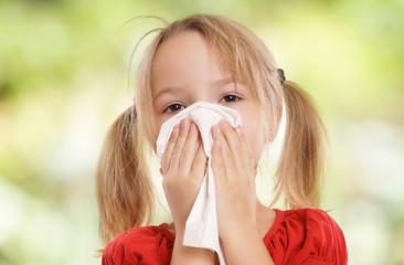 Kleinkind putzt sich die Nase