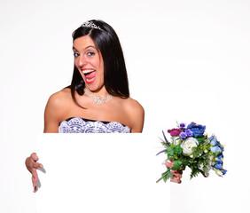 Novia feliz sujetando una pancarta blanca,boda..