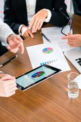 Business - Geschäftsleute arbeitet mit Tablet Computer