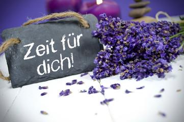 Lavendel mit Schiefertafel und Zeit