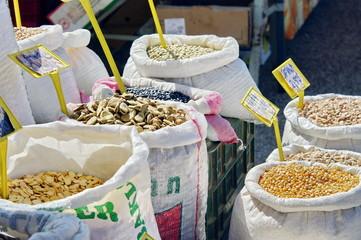 épices et fruits secs au marché