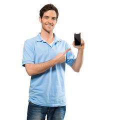 Mann zeigt auf Smartphone