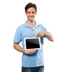 Junger Mann mit Tabletcomputer