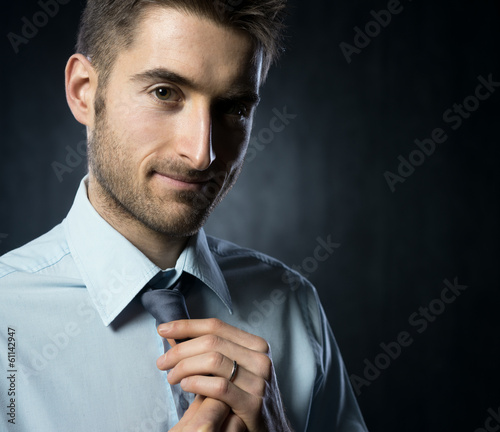Adjusting necktie