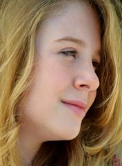 Retrato de una hermosa niña rubia.