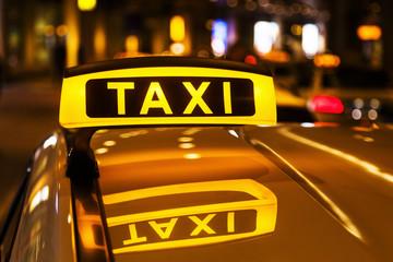 gespiegeltes Taxischild in einem Taxidach