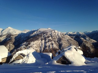 baite con sfondo di montagne e neve
