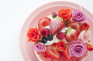 バラとベリーのケーキ