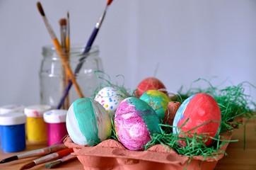 Ostereier anmalen mit Pinsel und Farbe