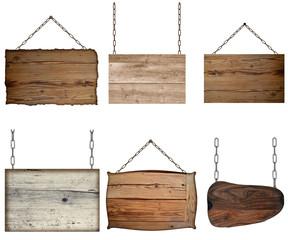verschiedene Holzschilder an Ketten