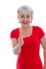 Ältere Frau isoliert in Rot mit Daumen hoch