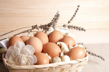 Cesta de mimbre con huevos.