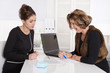 Zwei erfolgreiche Business Frauen haben eine Besprechung
