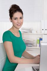 Junge Frau - Berufsausbildung in einem Büro