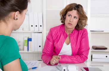 Beratungsgespräch: Beratung oder Meeting unter zwei Frauen