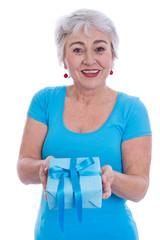 Ältere Frau mit grauen Haaren isoliert und Gescheni in türkis