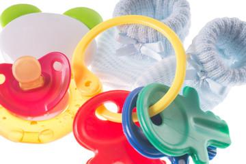 Babyspielzeug mit Beißring und Babyschuhe