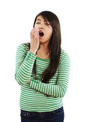 Mädchen hält gähnend ihre Hand vor dem Mund