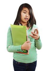 Mädchen schaut auf ihren Smartphone