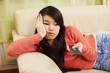 canvas print picture - Mädchen zappt gelangweilt mit dem Fernbedienung