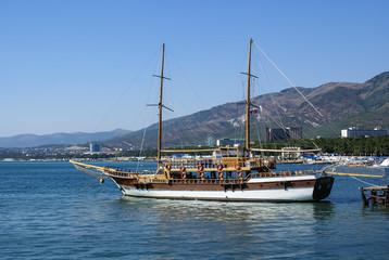 Прогулочная яхта возле причала в геленджикской бухте