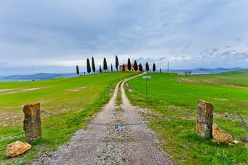Agriturismo Toscano e cipressi