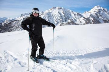 Homme aux sports d'hiver