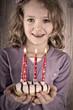 Kind mit Kuchen für Mutti