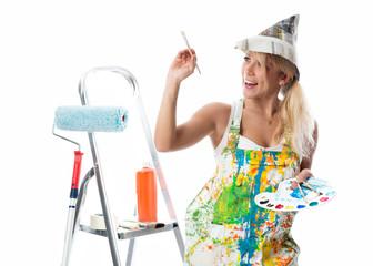 Blonde Malerin mit Pinsel