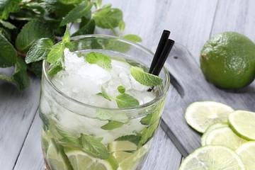 cocktail mojito colore verde sfondo grigio