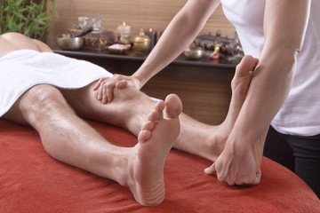 Mann bekommt eine Fußmassage im Spa