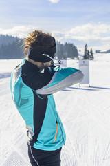 Frau beim Biathlon