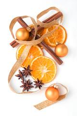 getrocknete Orangenscheiben, Zimtstangen,  Sternanis