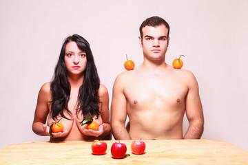 Nackter Mann und Frau posieren mit frischem Obst