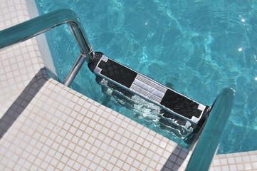 Плавательный бассейн с лестница
