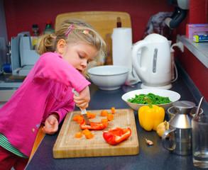 Mädchen hilft in der Küche