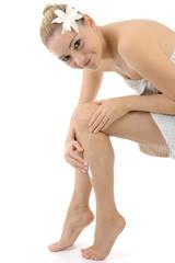 Hübscher Twen cremt Beine ein