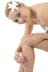 Freundlicher Twen rasiert Beine