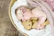 Baby kuschelt
