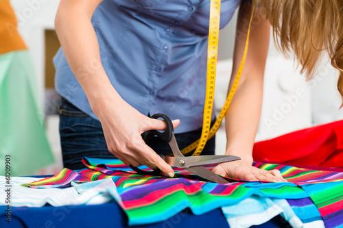 Leinwanddruck Bild Modedesignerin im Studio bei der Arbeit