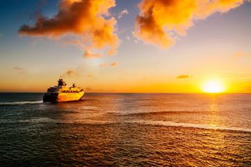 Passagierschiff im Sonnenuntergang